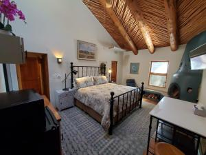 A bed or beds in a room at Casas de Suenos Old Town Historic Inn