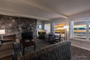 A seating area at Driftwood Shores Resort