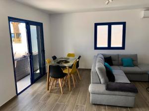 A seating area at SEA FRONT Apartamento frente al mar