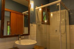 A bathroom at Morada das Bromélias