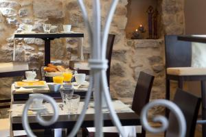 A restaurant or other place to eat at L'herbier d'Orange
