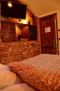 Una televisión o centro de entretenimiento en Hotel La Beltraneja