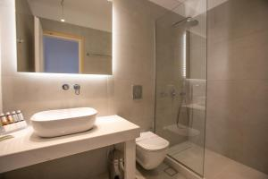 Salle de bains dans l'établissement The George Hotel Mykonos