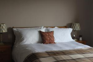 A bed or beds in a room at Heatherbank Guest House
