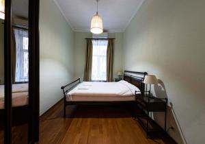 Кровать или кровати в номере Apartment u Ermitazha