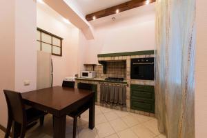 Кухня или мини-кухня в Apartment u Ermitazha