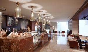 A restaurant or other place to eat at Jaipur Marriott Hotel