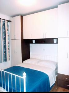 A bed or beds in a room at Apartments Karoma