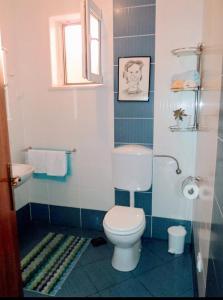 A bathroom at Apartments Karoma