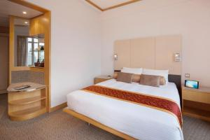 A bed or beds in a room at Garden View Hong Kong