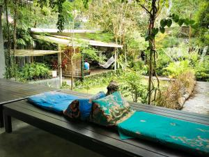 Het zwembad bij of vlak bij Glur Hostel