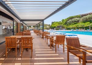 A restaurant or other place to eat at Hotel Calina