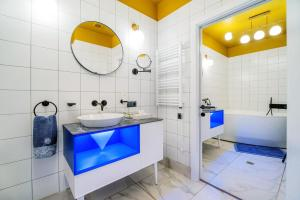 A bathroom at Kapu$ta Hotel