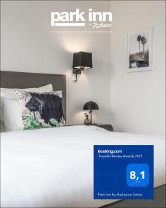 Säng eller sängar i ett rum på Park Inn by Radisson Solna