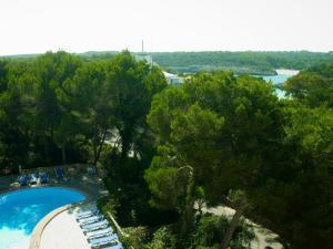 Vista sulla piscina di Hostal Condemar o su una piscina nei dintorni