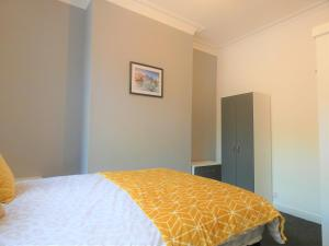 A bed or beds in a room at Townhouse @ North Street Stoke