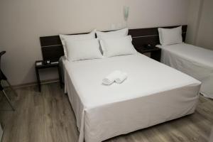 Кровать или кровати в номере Benos Hotel