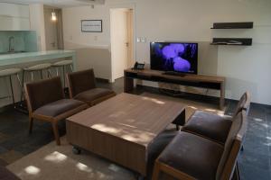 Una televisión o centro de entretenimiento en Solandes Apart & Wines