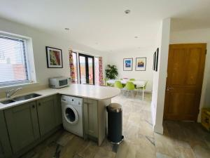 A kitchen or kitchenette at The Coast House