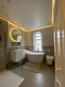 A bathroom at 5 Star, New, stunning, house in London with Garden - 8 miles to Central London