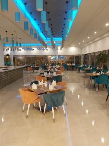 Um restaurante ou outro lugar para comer em Holiday Jazan Hotel
