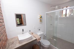 A bathroom at Recanto dos Dendês Chalés