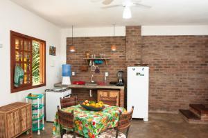 A kitchen or kitchenette at Recanto dos Dendês Chalés
