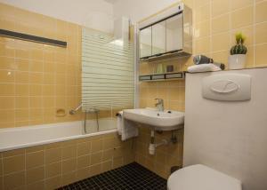 A bathroom at Welteringpark 2-M