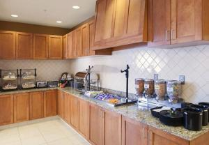A kitchen or kitchenette at Residence Inn Holland
