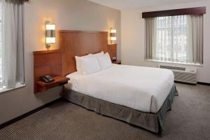 A bed or beds in a room at Hyatt Place Pittsburgh North Shore