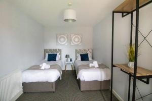 A bed or beds in a room at Spacious Contractors House & Private Parking by ComfyWorkers