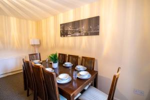 A restaurant or other place to eat at Spacious Contractors House & Private Parking by ComfyWorkers