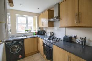 A kitchen or kitchenette at Spacious Contractors House & Private Parking by ComfyWorkers
