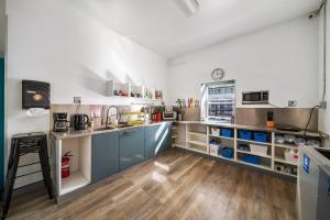 A kitchen or kitchenette at Samesun Venice Beach