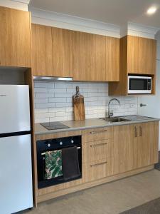 A kitchen or kitchenette at Botanic Apartments