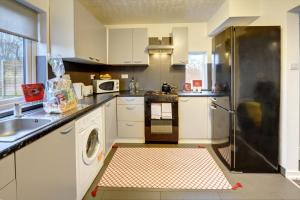 A kitchen or kitchenette at GENEROUS CONTRACTOR HOUSE NEAR M69 M6 A46 EASTERN BYPASS IN BINLEY o PRIVATE PARKING Binley Cottage BY PASSIONFRUIT PROPERTIES