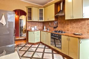 Кухня или мини-кухня в Miracle Apartments Арбатская