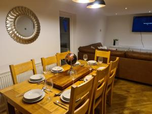 A restaurant or other place to eat at Be. More Homely - LOU - Entire Cosy 4 Bed W/FREE WIFI & PARKING (M6 J2) 15 Minutes From N.E.C
