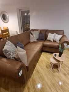 A seating area at Be. More Homely - LOU - Entire Cosy 4 Bed W/FREE WIFI & PARKING (M6 J2) 15 Minutes From N.E.C