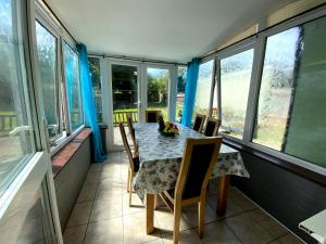 A balcony or terrace at Exton House -Huku Kwetu 4 Bedroom House- Luton Airport - Group Accommodation - up to 7 people