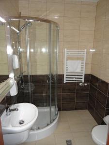 A bathroom at Hotel Wielkopolanka