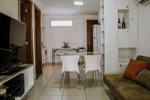 A kitchen or kitchenette at Qavi - Apartamento aconchegante na Praia de Pirangi #VilaImperial