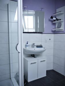 A bathroom at Gästehaus AM HERMANN