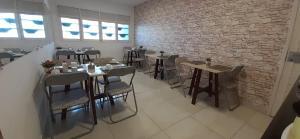 A restaurant or other place to eat at Pousada Xamã Tour