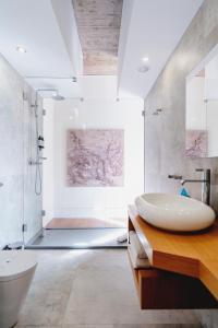 A bathroom at Borralha Guest House