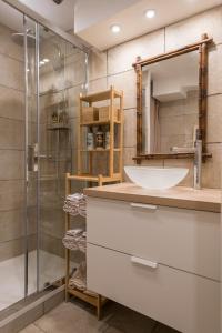 A bathroom at Urbinn Flat - La Suite d'Aphrodite, Jacuzzi, Sauna