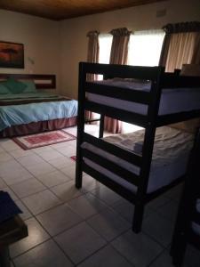 Двухъярусная кровать или двухъярусные кровати в номере Rustenburg Guesthouse
