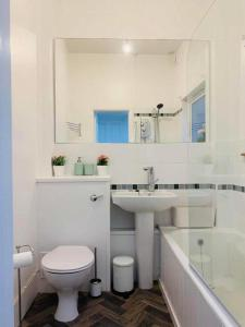 A bathroom at 21 Melbourne Place Studios