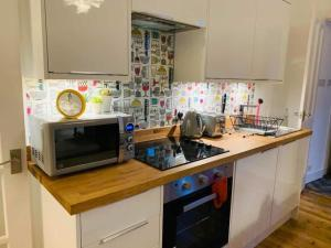 A kitchen or kitchenette at 21 Melbourne Place Studios