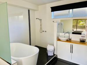 A bathroom at Tower Motel Marysville